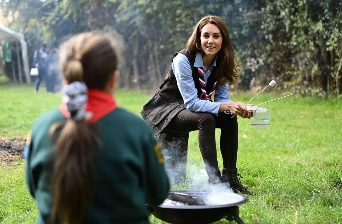Geröstete Marshmallows isst auch ein Royal gern: Herzogin Kate war bei einer Pfadfindergruppe zu Besuch. Foto: AFP/DANIEL LEAL-OLIVAS