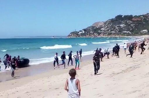 Flüchtlingsboot überrascht Touristen am Strand