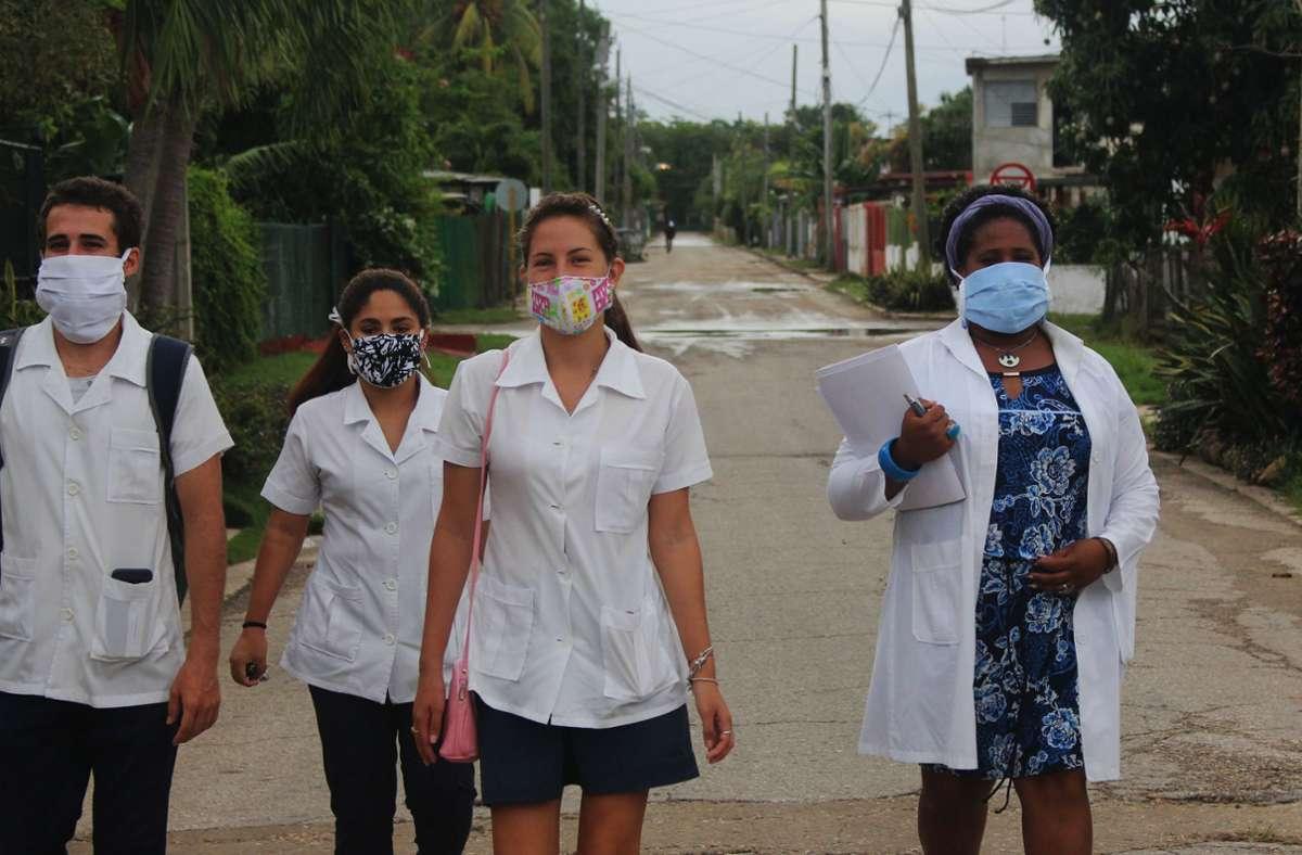 Tag für Tag gehen auf Kuba Tausende Ärzte und Medizinstudenten von Tür zu Tür und suchen nach Infizierten. Foto: dpa/Guillermo Nova