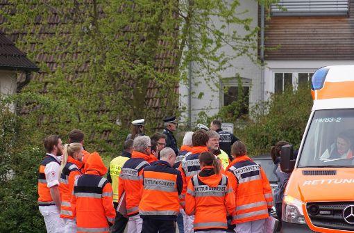 In dem kleinen Ort Unterensingen ist es zu einem Familiendrama gekommen. Polizei und Rettungsdienst rückten zu einem Großeinsatz aus. Foto: SDMG
