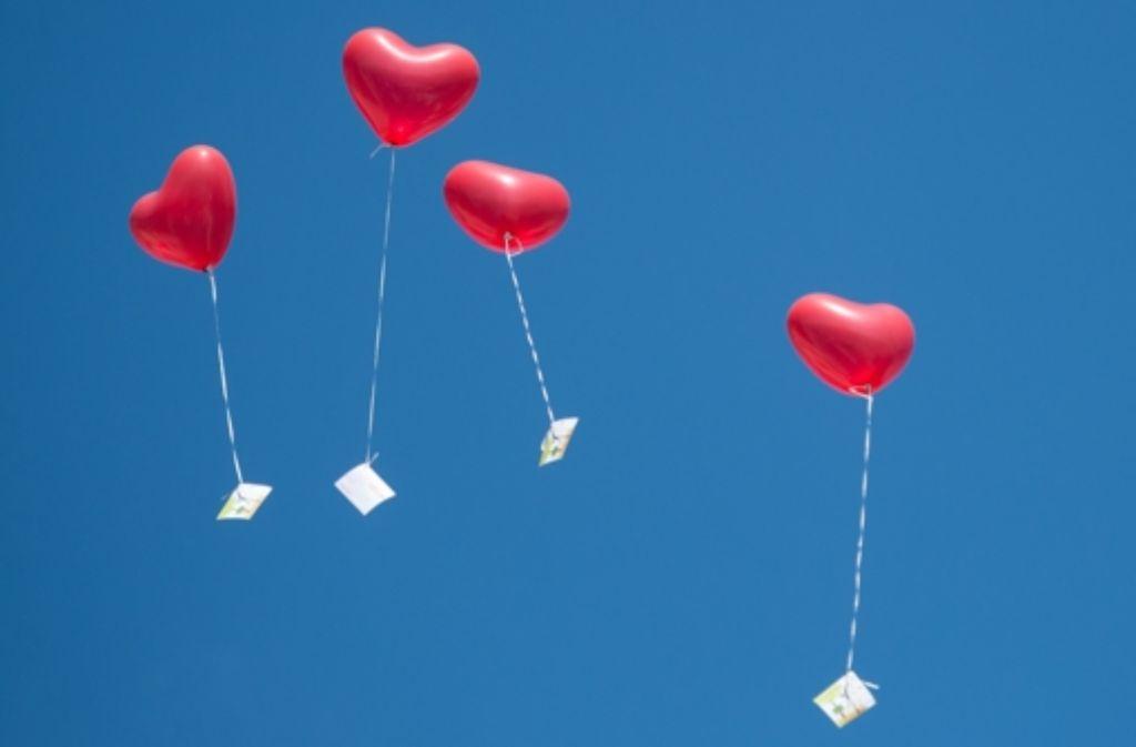Zum Himmel steigen die Herzen zu Beginn der Ehe; viele erreichen ihn, manche nicht – im Land platzen sie im Schnitt nach  15 Jahren. Foto: dpa