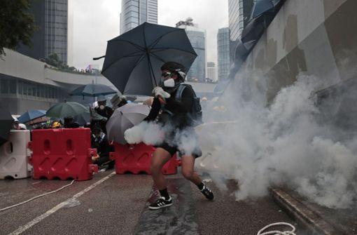 Demonstranten rennen gegen Parlamentsgebäude an