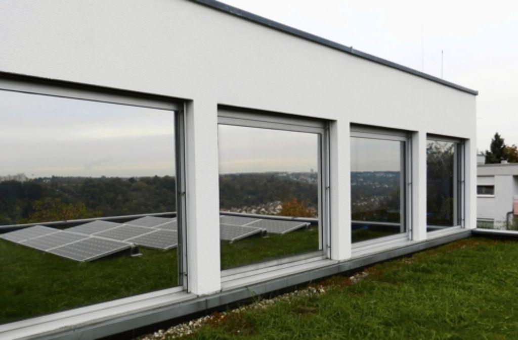 Die neuen Fotovoltaikmodule auf dem VDI-Haus sind vergleichsweise flach gehalten, um Windschäden zu vermeiden. Foto: Sabine Schwieder