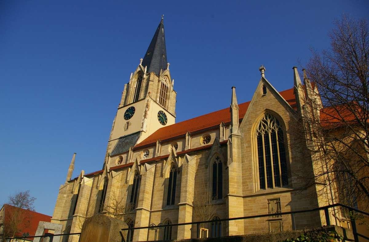 Strahlend blauer Himmel über der Möhringer Martinskirche an einem kalten Herbst-Vormittag: Kann Weihnachten dort Gottesdienst gefeiert werden? Foto: Archiv/Alexandra Kratz
