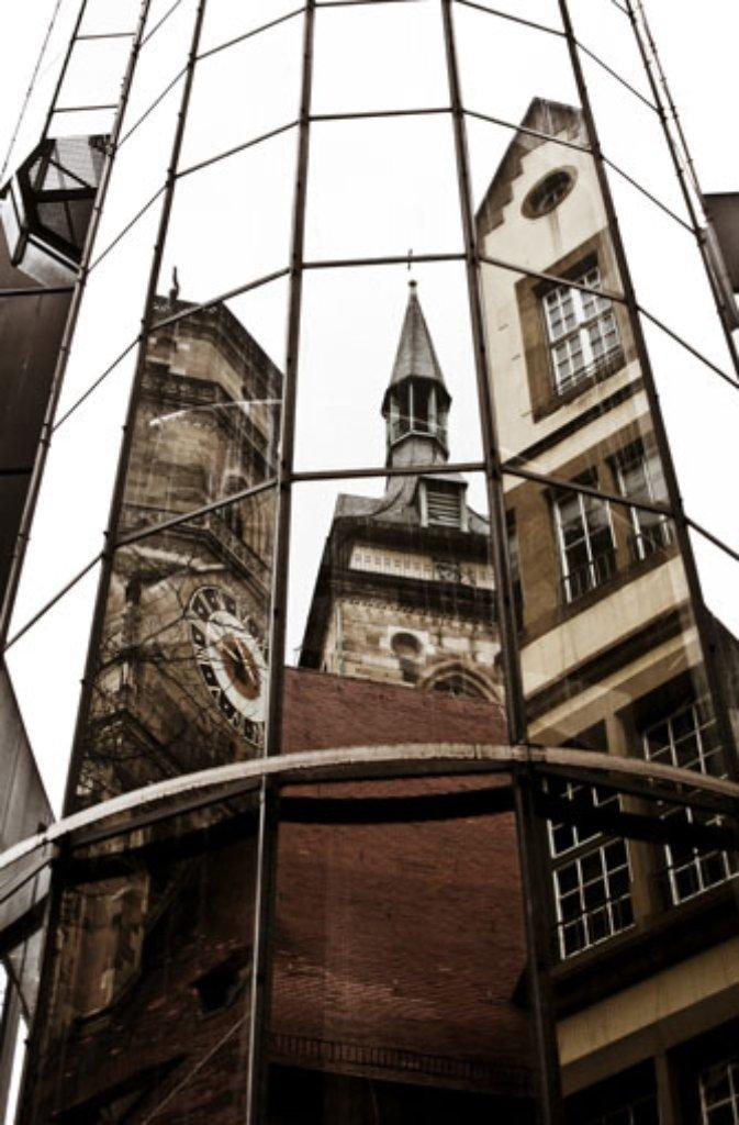 In einer Fassade vis-a-vis spiegeln sich die Türme von Stuttgarts ältestem und größtem Sakralbau, der Stiftskirche. Im Juli 2003 wurde das Gotteshaus nach vierjähriger Restaurierung feierlich wiedereröffnet. Der wuchtige Westturm (links im Bild) und der filigranere Südturm (Mitte) ragen hoch über die Dächer der Innenstadt hinaus. Zwar sind die Türme eines der Wahrzeichen Stuttgarts nicht jeder Zeit für Besucher geöffnet, doch am Samstag, dem 13. August von 11 bis 16 Uhr, bietet sich die seltene Gelegenheit, den Westturm zu ersteigen.Nur ganze sieben Mal kann man im Jahr 2016 den herrlichen Blick vom Westturm der Stiftskirche hinab auf den Schillerplatz und weit darüber hinaus genießen. Foto: Leserfotograf dr_mitch
