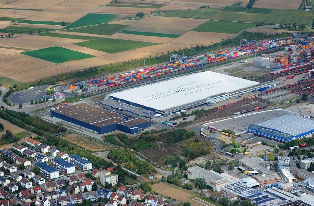 """Auf Grundlage des Bebauungsplanes """"Am Containerbahnhof Süd"""" wurde die Mehrzweckhalle (Mitte) gebaut. Foto: Archiv/Werner Kuhnle"""