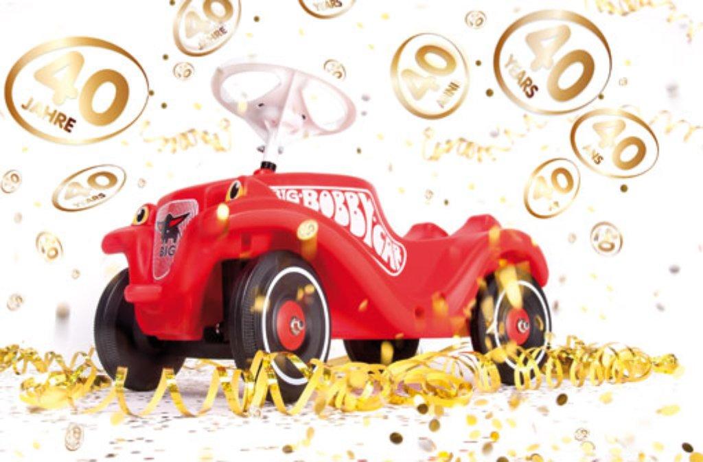 Simba Dickie jedenfalls schaut nach vorne und bringt zum 40. Geburtstag des Bobby-Cars ein Sondermodell des weltweit beliebten Rutschautos heraus. Mit einem Armaturenbrett ausgestattet, können Kinder per Knopfdruck Sounds erzeugen, die sie von den Fahrten mit Papa und Mama kennen:Anlassergeräusche, Hupen, Blinkertöne und Radiomusik. Und ganz wichtig: Beim Verlassen des Kinderzimmers lässt sich das Lenkrad per Knopfdruck blockieren, denn das Bobby-Car weckt seit 40 Jahren so manche Begehrlichkeit. Foto: Simba-Dickie-Group