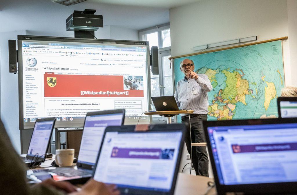 Rudolf Simon informiert über die Stuttgarter Gruppe von Wikipedia Foto: Lichtgut/Julian Rettig