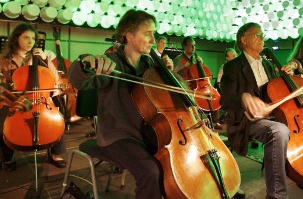 Ganz entgegen der visuellen Gewohnheiten eines Orchesterkonzertes werden beim Auftakt zum Musikfest Stuttgart im Theaterhaus afrikanische Einflüsse sowohl sichtbar als auch hörbar. Foto: dpa