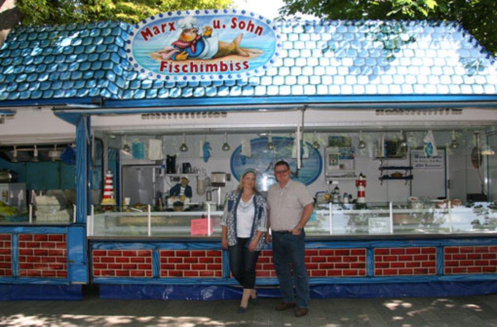 Sonja Marx (42) und Dirk Marx (45) kommen, seitdem der Fischmarkt das zweite Mal auf Tour nach Stuttgart ging. Der Aufbau des Fischmarkts ist seit ... Foto: Simoneit