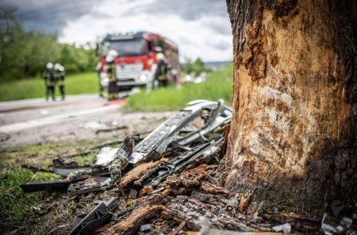 Autofahrer prallt gegen Baum