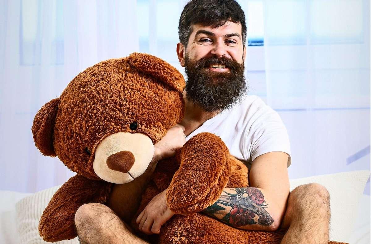 Dieser Freund von Teddybären hat schon selbst fast was von seinem Kuscheltier. Foto: Adobe Stock/be free