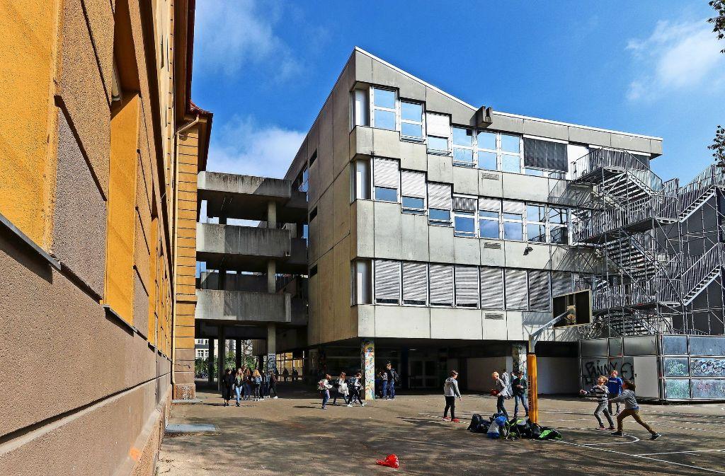 Eigentlich sollte er schon längst nicht mehr hier stehen:  Der alte Fachklassentrakt auf dem Ludwigsburger Innenstadtcampus. Foto: factum/Granville