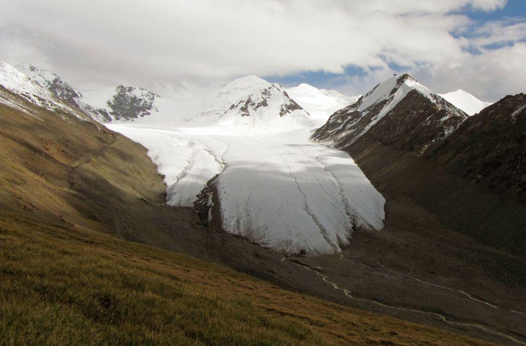 Das Eis eines Gletschers in Kirgistan. Das Volumen der meisten Gletscher ist einer neuen Studie der ETH Zürich zufolge kleiner als bislang angenommen. Foto: dpa