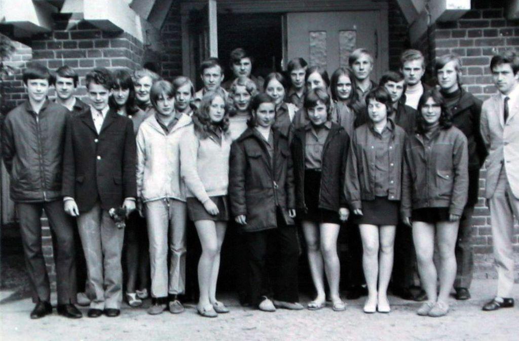 Angela Merkel  wurde am 17. Juli 1954 in Hamburg geboren. Später zog die Familie nach Templin in Brandenburg. Dort wuchs Merkel – damals Angela Kasner – mit ihren zwei Geschwistern auf. Das Foto aus dem Jahr 1971 zeigt sie  (2. Reihe, Mitte, leicht verdeckt) und Mitschüler aus der 10. Klasse in Templin.  Foto: dpa/Bernd Gurlt