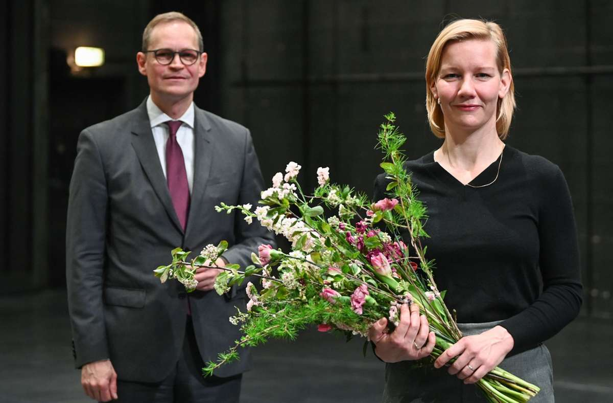 Sandra Hüller bei der Preisverleihung: Berlins Regierender Bürgermeister Michael Müller (SPD) übt die im Theater so wichtige Rolle im Hintergrund. Foto: dpa/Jens Kalaene