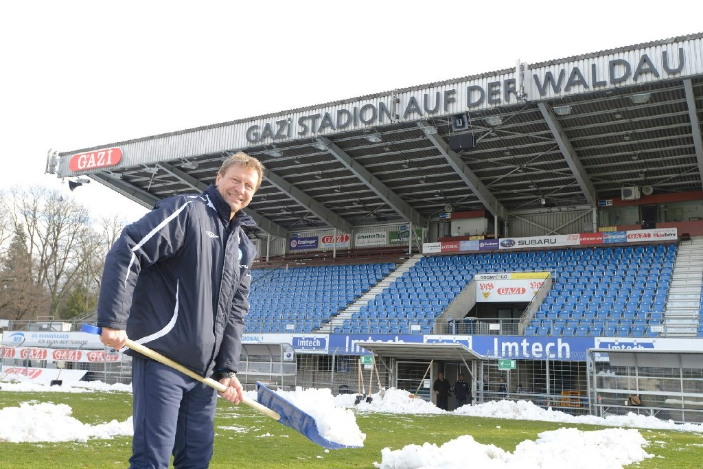 Schaufeln für die Stuttgarter Kickers: Präsidiumsmitglied und Interimscoach Guido Buchwald hat nicht nur seine Profis zu den Schippen getrieben, sondern auch selbst mit angepackt. Foto: www.7aktuell.de/Oskar Eyb