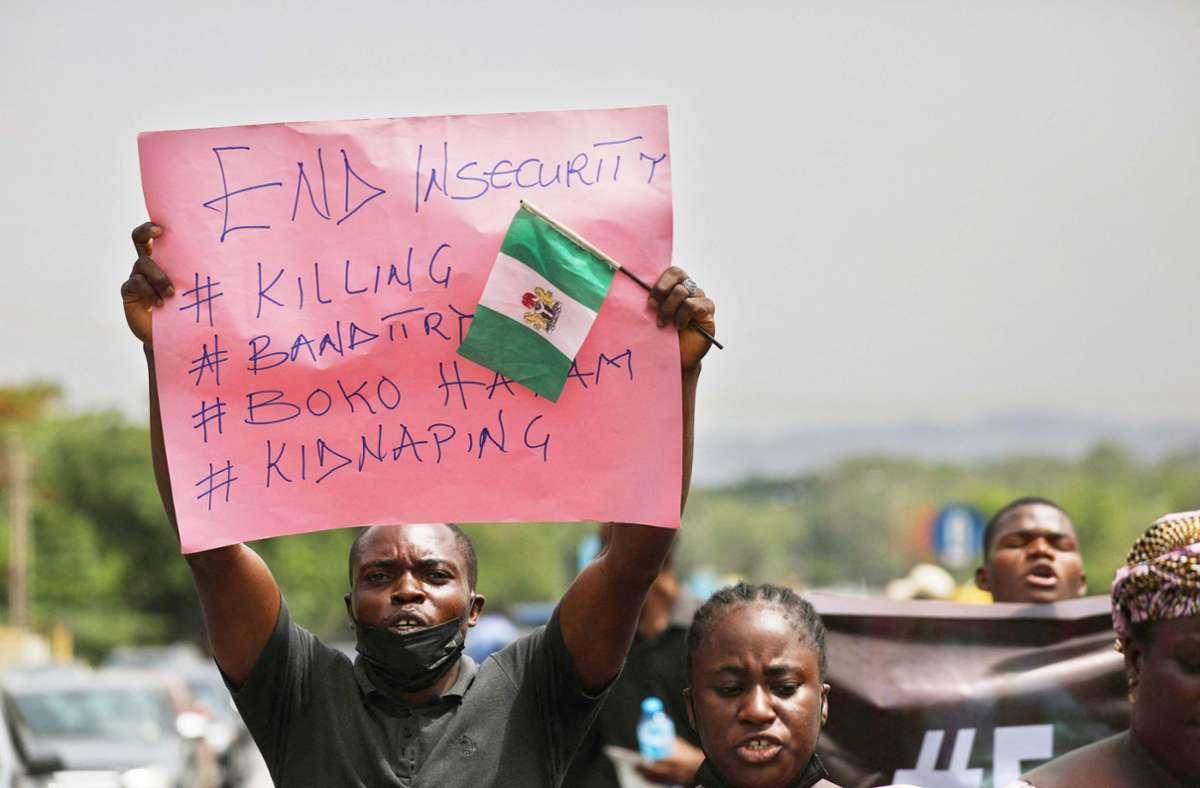 Eltern prangern in Abuja fehlende Sicherheit für ihre Kinder an. Foto: AFP/Kola Sulaimon