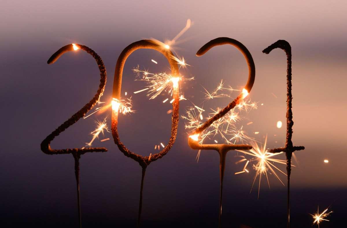 Wunderkerzen sind erlaubt: Sonst wird dieses Neujahrsfest eher leise über die Bühne gehen. Foto: dpa/Sebastian Kahnert