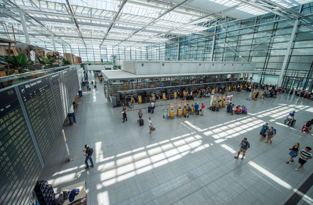 Der Münchner Flughafen will Passagiere, die von der Terminalsperrung Ende Juli betroffen waren, mit einem 50-Euro-Gutschein entschädigen. (Symbolbild) Foto: dpa