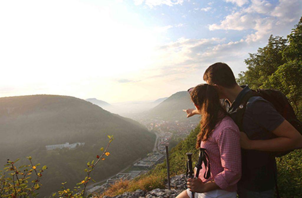 Aussicht vom Kunstmühlefels über die Stadt und die Hügellandschaft der Schwäbischen Alb.  Foto: Städtische Kurverwaltung Bad Urach