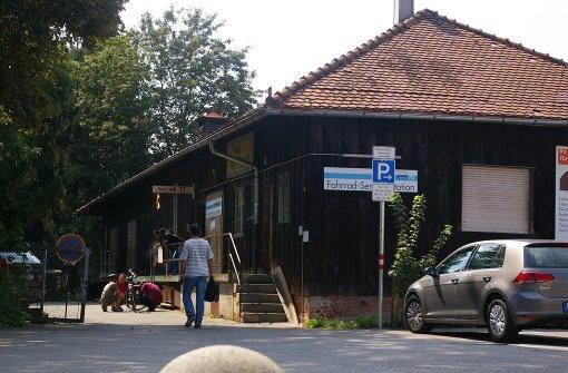Bahnhof: warten   auf den entscheidenden Zug