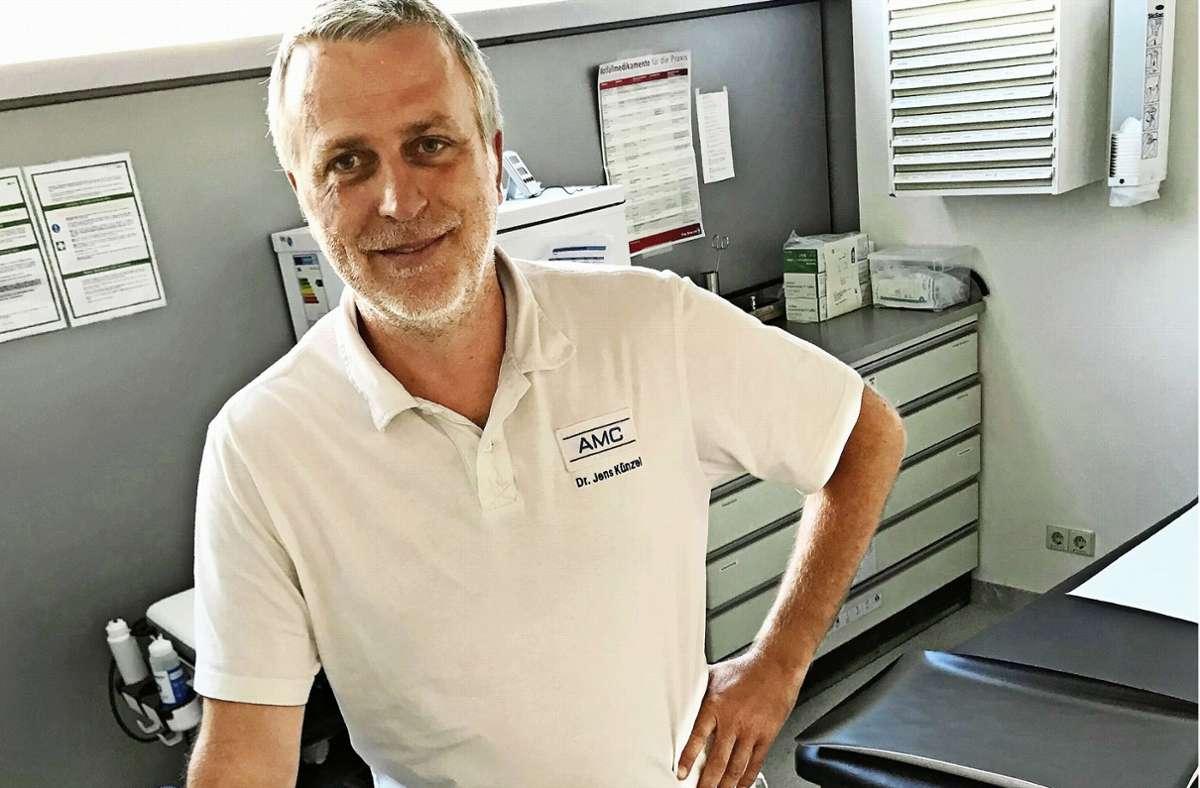Der Arzt  Jens Künzel arbeitet  seit 2006 am Airport Medical Center. Foto: Julia Bosch