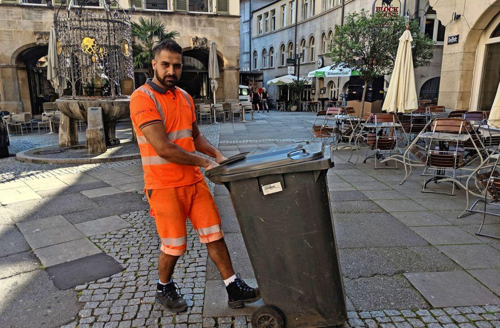 Flamur Shala trägt unter seiner Sicherheitskleidung eine Kühlweste, die  nicht sichtbar ist und sich auch nicht unter dem orangenen Shirt abzeichnet. Foto: Jürgen Brand