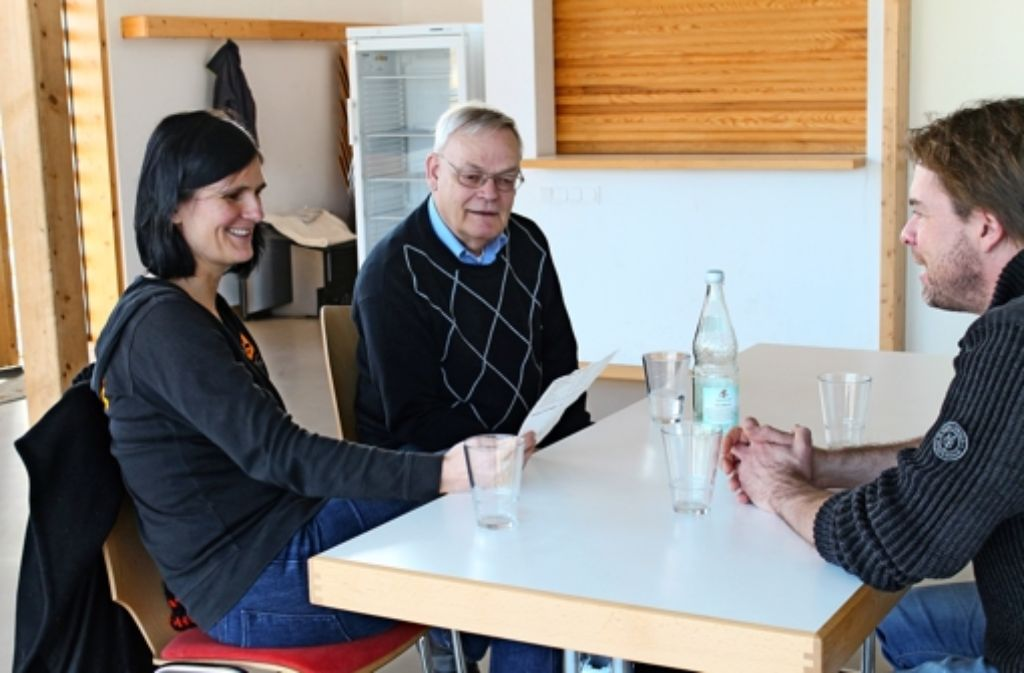 Brüten über handgeschriebenen Spielberichten: Anne Seeger, Uwe C. Sobek und Torsten Luley von der Spielgemeinschaft des Sportforums Vaihingen-West (von links). Foto: Sabine Schwieder