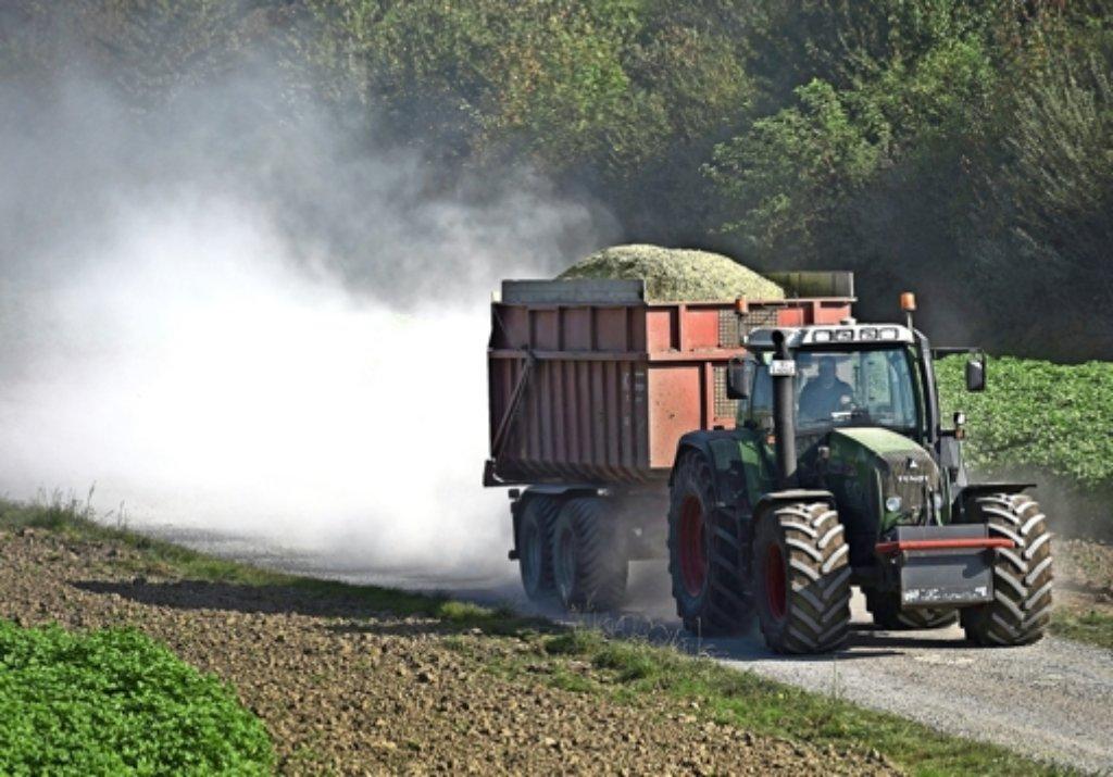 Vier Personen sind bei einem Unfall bei Magstadt verletzt worden, in den auch ein Traktor mit Anhänger verwickelt war. (Symbolbild) Foto: dpa
