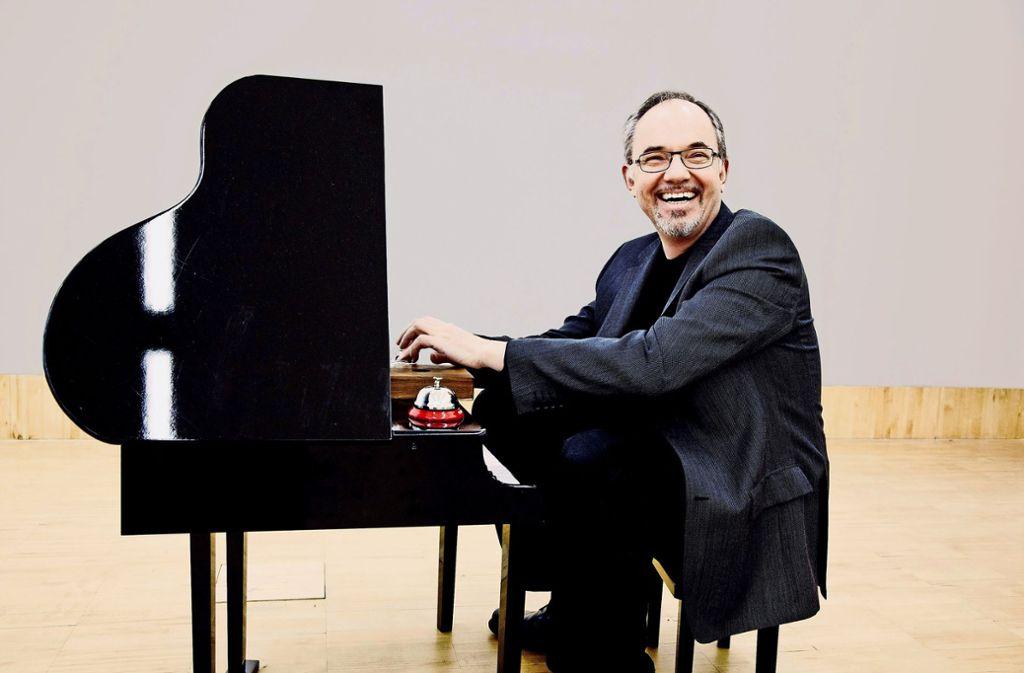 Wer auf dem Toy Piano spielen will, muss sich klein machen wie auf diesem Bild der Komponist Karlheinz Essl. Foto: privat