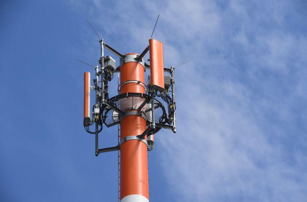 Ein Sendemast mit verschiedenen Antennen für den Mobilfunk. Die Netzbetreiber wollen den Ausbau von Mobilfunkanlagen beschleunigen. Foto: dpa/Stefan Sauer