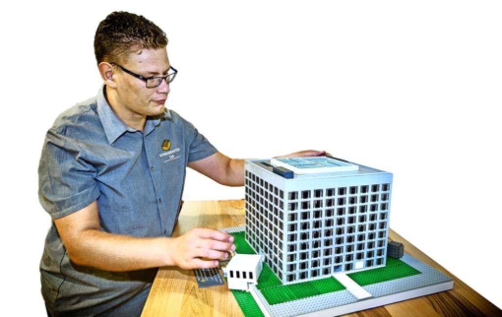 Eine Stadtbibliothek aus Lego:   Daniel Schäfers bei der Arbeit Foto: Horst Rudel