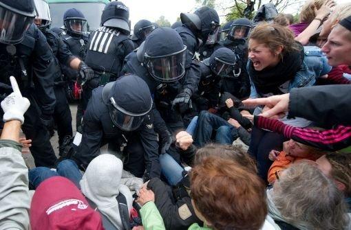 Polizeikräfte gehen 30.09.2010 in Stuttgart im Schlossgarten gegen Gegner des Bahnprojekts Stuttgart 21 vor. Foto: dpa