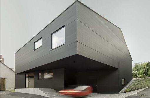 Architektenhaus mit schwarzer Stoffhaut