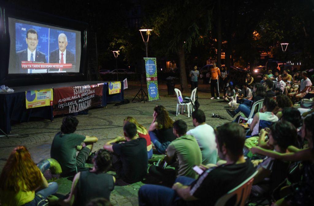 Istanbuler Bürger verfolgen das TV-Duell. Foto: Getty Images