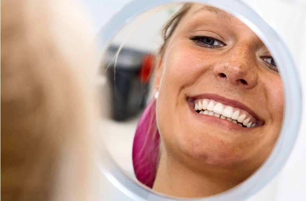 Wer regelmäßig zum Zahnarzt geht hat gut lachen und spart Geld. Foto: dpa/Benjamin Nolte
