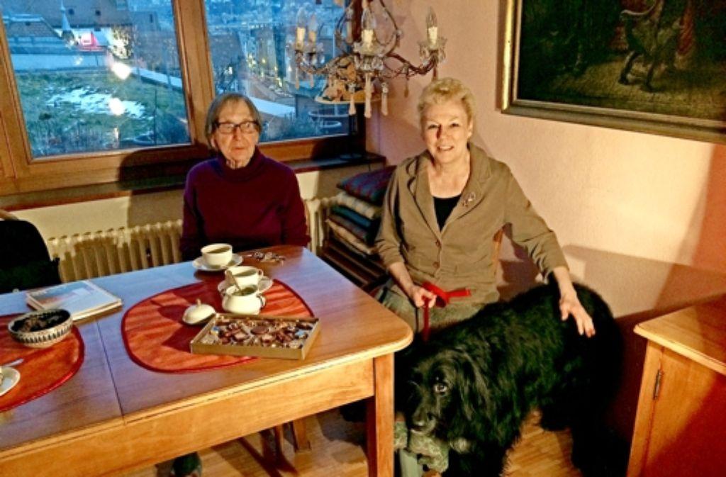 Marlies Pilz (links)  und Petra Schneider mit dem Mann im Haus: Hund Flo. Foto: Nina Ayerle