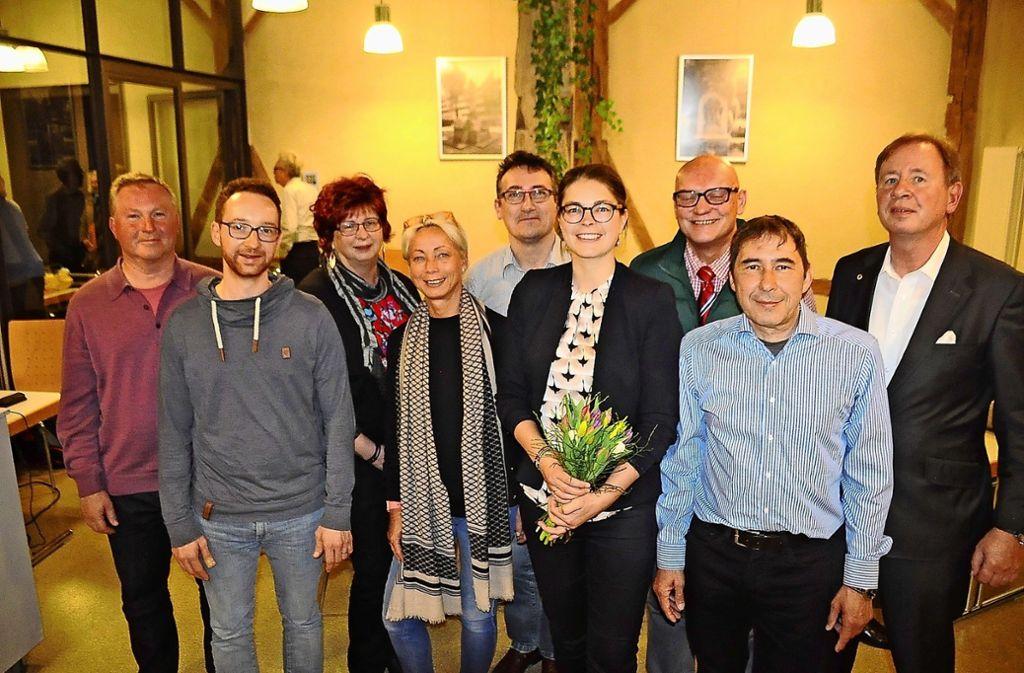 Die neue Vorstandschaft samt Ausschussmitgliedern, mit der neuen Vorsitzenden Anne Gabius in der Mitte  (mit Blumen) und Georg Kämmler (2.v.r.). Foto: Georg Linsenmann