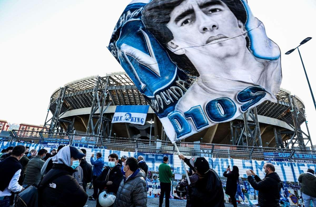 Vor dem Heimspiel in der Europa League gegen HNK Rijeka verleihen die Fans des SSC Neapel ihrer Trauer um den Tod von Vereinslegende Diego Maradona Ausdruck. Foto: dpa/Alessandro Garofalo