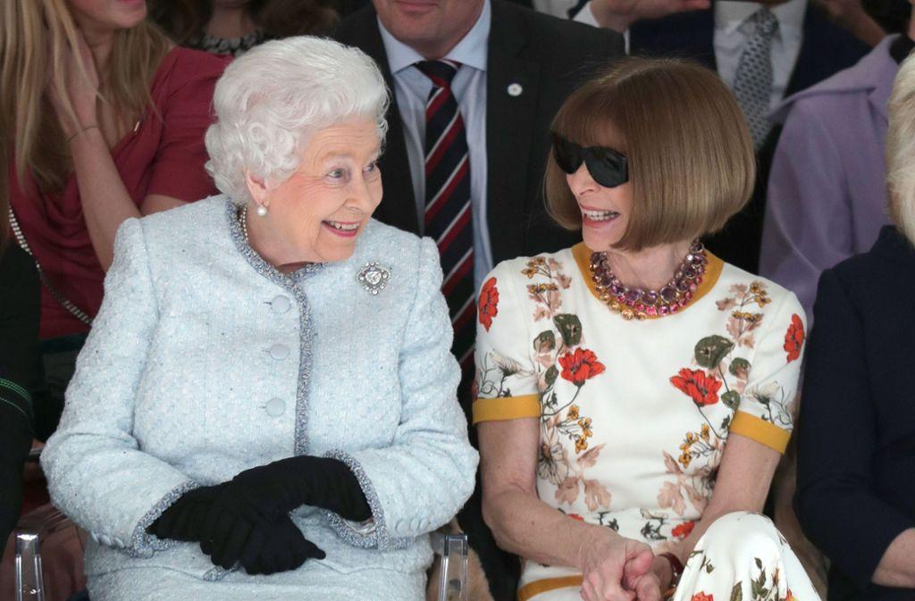 """Königinnen unter sich: das Oberhaupt der britischen Monarchie, Queen Elizabeth II., saß – ganz die Modekennerin – in der berühmten """"Front Row"""", der ersten Reihe bei der Schau des Designers Richard Quinn bei der Fashion Week in London. Neben ihr: die Chefin der US-""""Vogue"""", Anna Wintour. Foto: Getty Abo"""