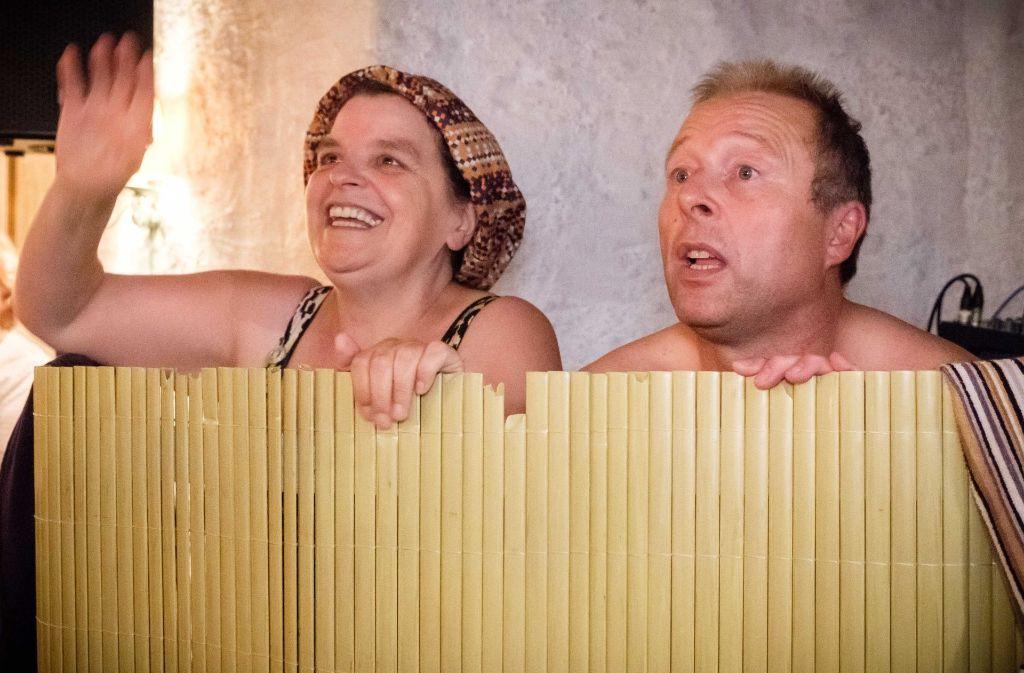 """Schwäbische Wellness pur: Hiltrud Stoll und Franz Auber, alias """"Hillu'S Herzdropfa"""", bei ihrem  viel beklatschten Auftritt im Stuttgarter Zeppelinstüble Foto: Lichtgut/Achim Zweygarth"""