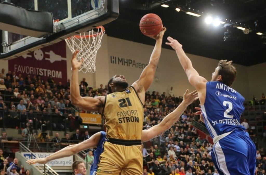 Jason Boone holt für Ludwigsburg einen Rebound. Foto: Pressefoto Baumann