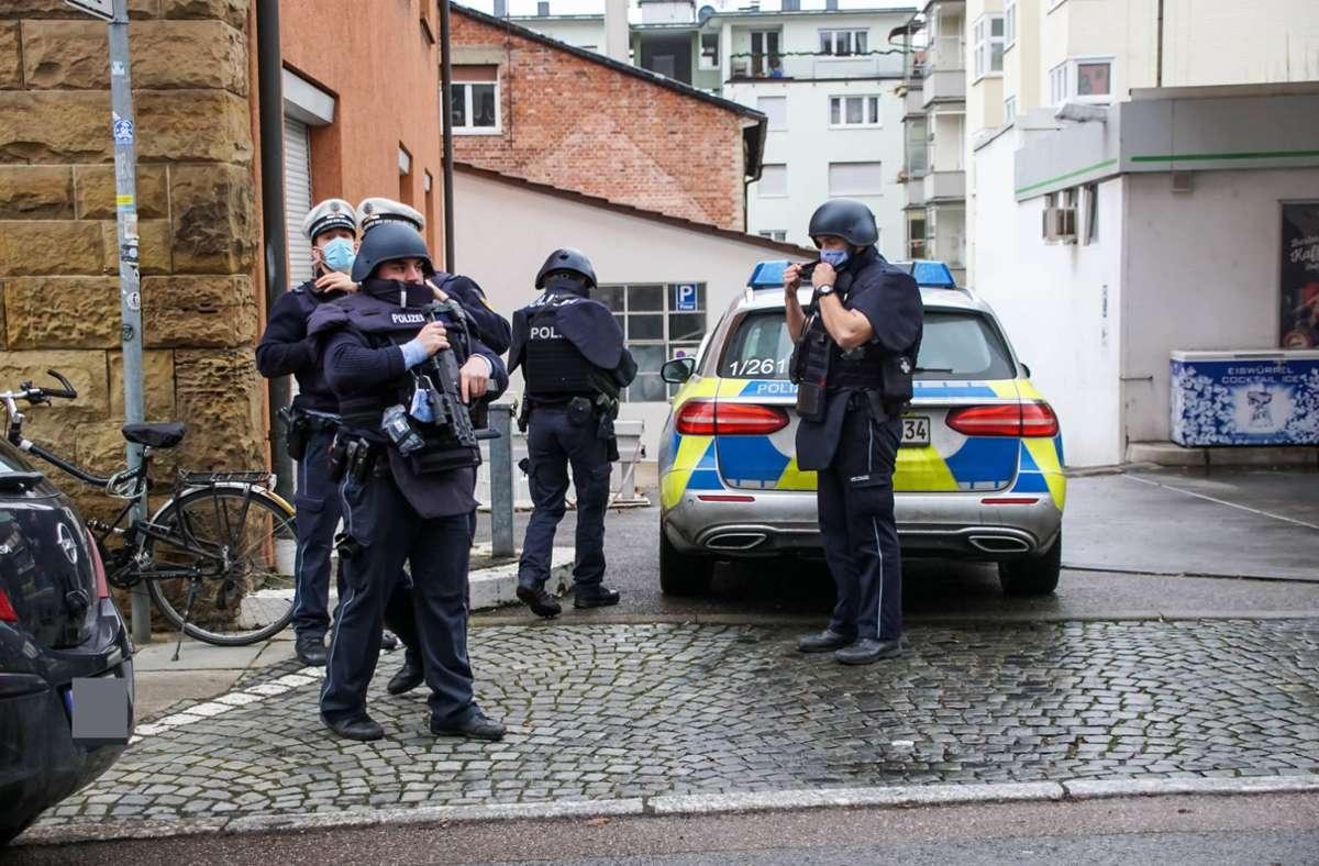 Polizeibeamte umstellten das Haus, bei dem Einsatz wurde niemand verletzt. Foto: 7aktuell.de/Andreas Werner
