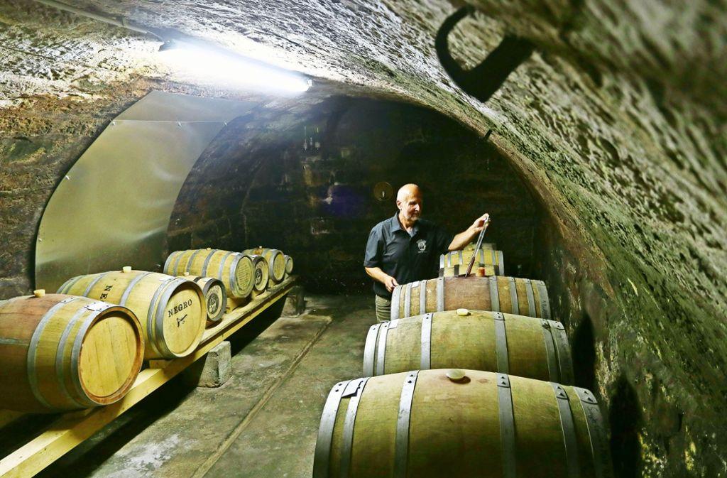 Der geheime Schatz des Whiskybrenners sind seine Fässer: Wolfgang Fessler kontrolliert Qualität und Farbe. Foto: factum/Granville