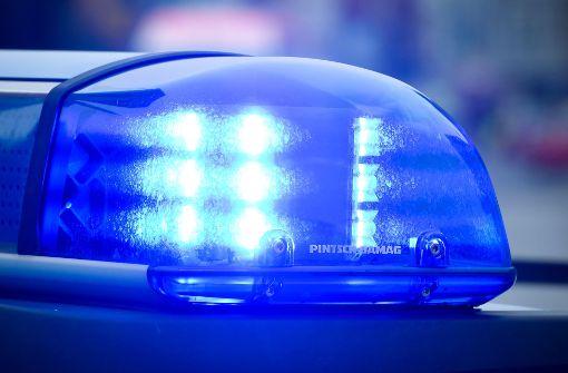 Reisende und Polizisten verletzt