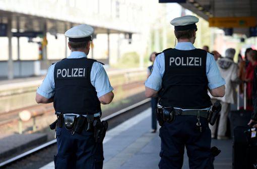 Frau mit zwei Promille versucht Polizisten zu treten