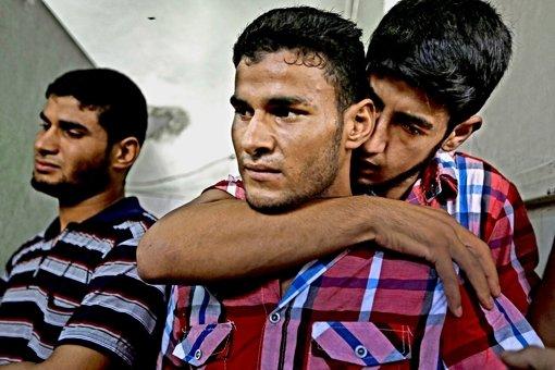 Palästinenser identifizieren in einem Krankenhaus die Leichen von Familienangehörigen nach einem israelischen Angriff. Foto: AP
