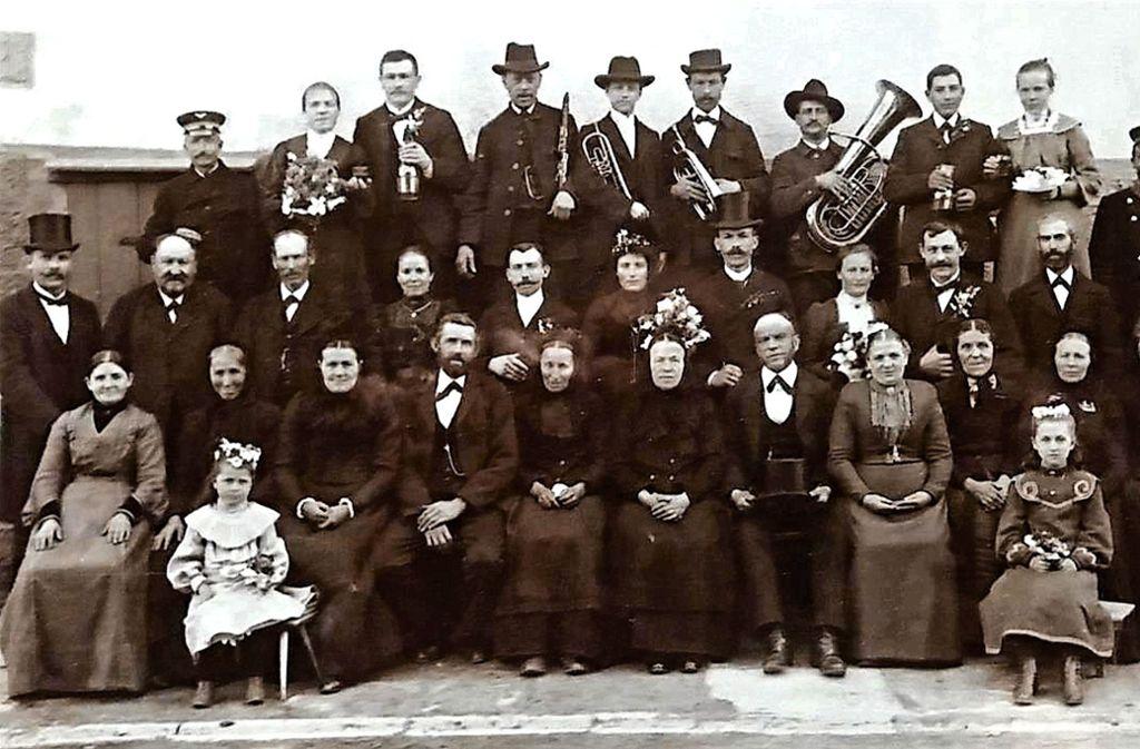 Hochzeitsgesellschaft um 1900 (Braut mit Kranz in der Bildmitte). Foto: GH-Museum Wüstenrot/Karola Schierle