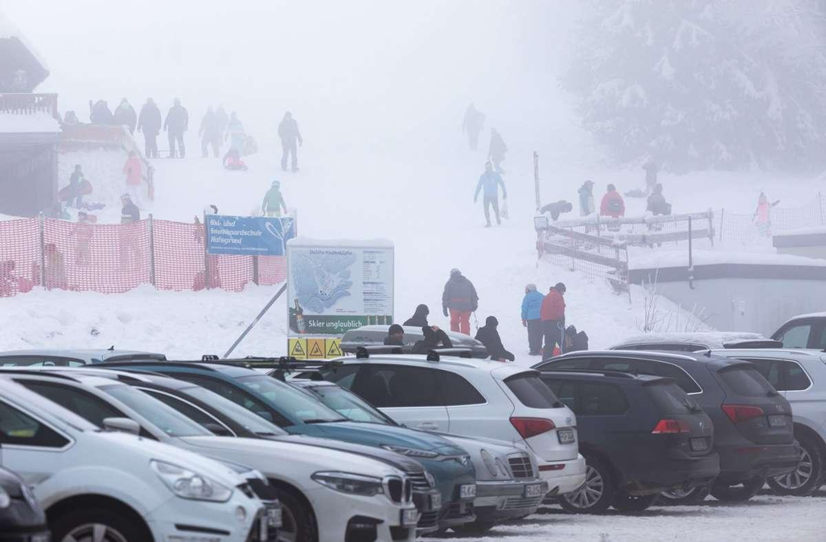 Wie schon in der vergangenen Woche (Archivbild) waren im Schwarzwald viele Parkplätze rund um Ausflugsziele bereits am Vormittag vollständig belegt. Foto: dpa/Philipp von Ditfurth